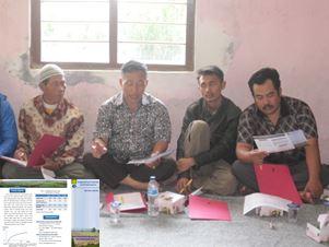 現地語で作成した技術解説リーフレット(左下)を読む農家説明会参加者