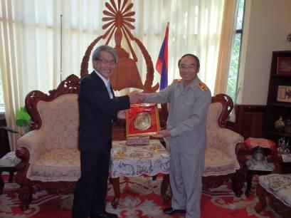 国立ラオス大学L. Phiphakhavong副学長より記念品を贈呈されるJIRCAS 岩永理事長。