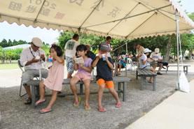 「かき氷、氷ぜんざい」にて34°Cの猛暑を凌ぐ市民と子どもたち