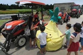 """""""ねっけんくん""""はどこでも子どもたちの人気者、「農作業機の展示」にて"""