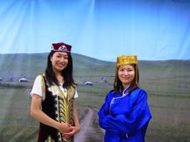 「世界の民族衣装を着てみよう」にてモンゴルの風景を背に民族衣装を楽しむ市民