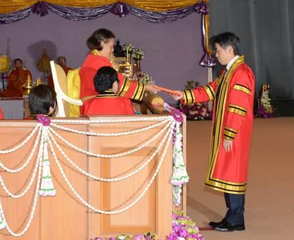シリントーン王女殿下より小杉プロジェクトリーダーへ名誉博士の授与