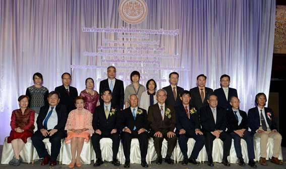 受賞祝賀会にて(前列左から4番目より順に、小杉昭彦プロジェクトリーダー、KMUTT評議会長Dr. Tongchat Hongladaromp、KMUTT大学長Dr. Sakarindr Bhumiratana)