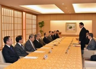 岸田外務大臣と懇談する「科学技術外交推進会議」委員
