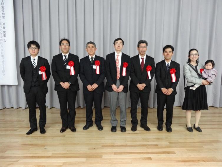学会賞および研究奨励賞受賞者の集合写真(左から2番目が辻本研究員)