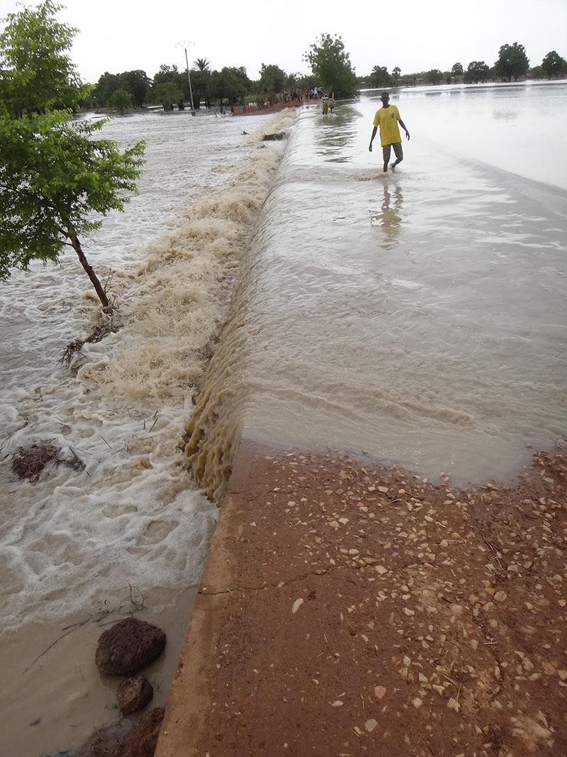 表面流出水は土砂を含み一気に低湿地に流れ込む(ブルキナファソ)