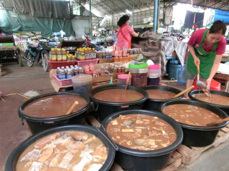図1 ラオスの市場で売られる淡水魚から作られた塩辛(パデック)