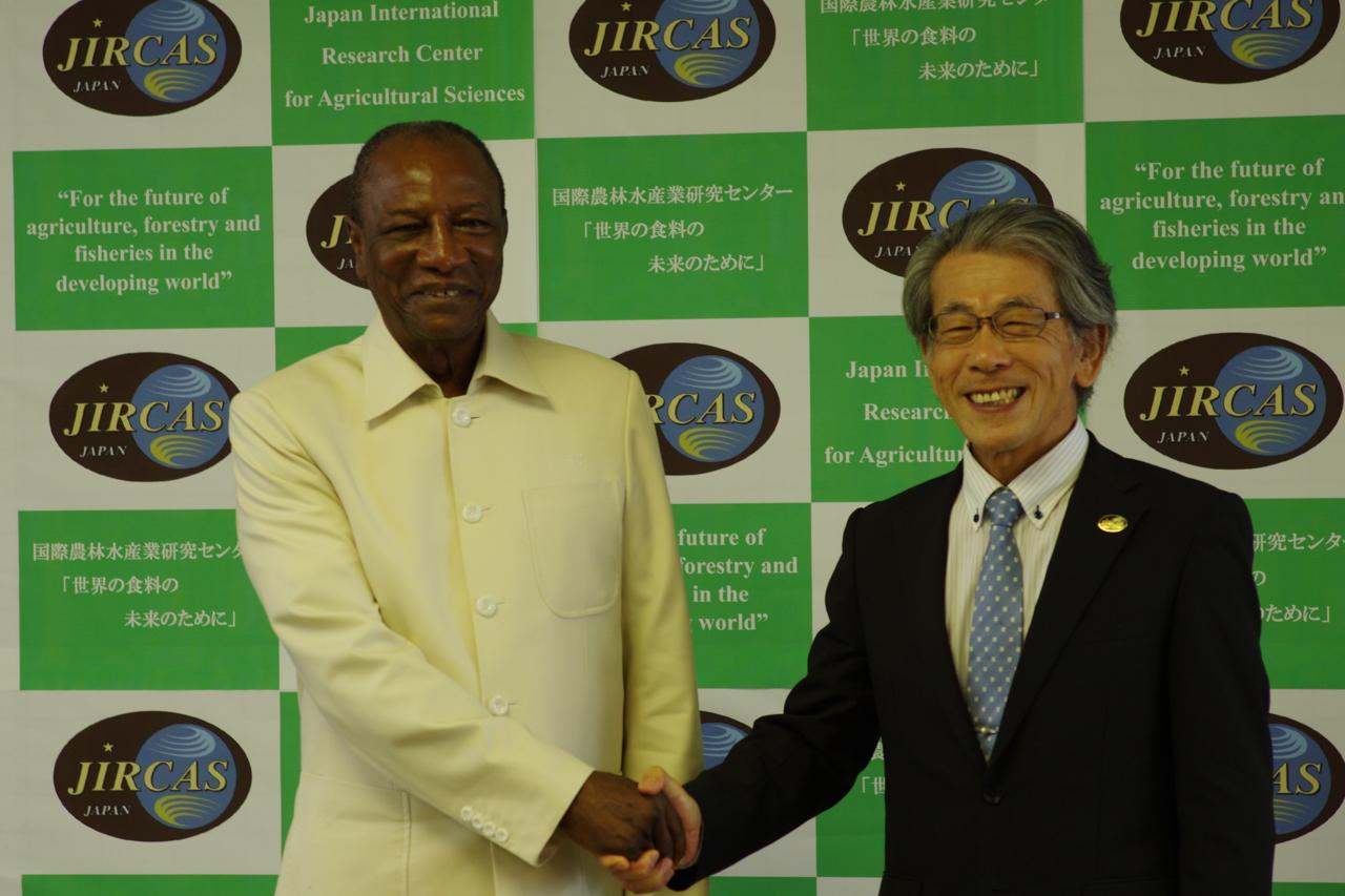 コンデ大統領(左)と岩永理事長(右)