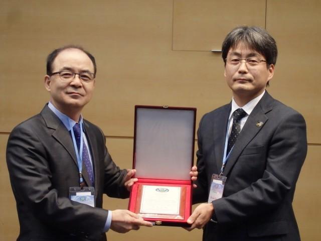 写真1 PAWEES学会長 Jin Soon Kim教授(左)からの論文賞の授与