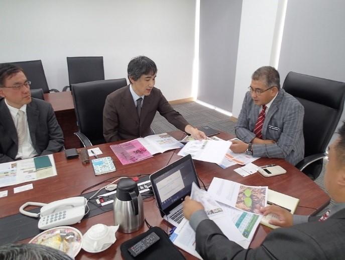写真2 FDPM局長への概要説明