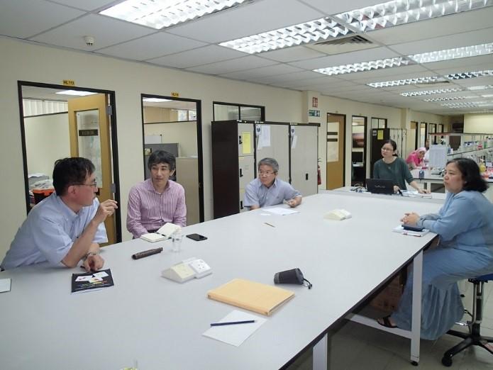 写真4 FRIMバイオテクノロジー部における聞き取り状況