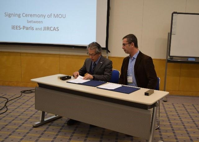 写真1 MOU文書に署名する岩永理事長