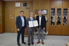 写真1 SRAからJIRCASおよび岩永理事長へ感謝状が授与されました(理事長の右がHermenegildo R. Serafica長官、左がRoland B. Beltran評議員)