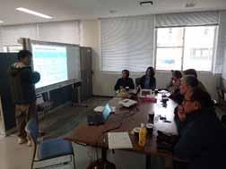写真3 沖縄県農業研究センターにて、伊禮作物班班長とサトウキビ育種に関して意見交換