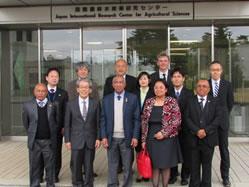 マダガスカル農業大臣をはじめとする来訪者とJIRCAS側スタッフとの集合写真(前列中央:RAVATOMANGA大臣、左から2人目:岩永 勝理事長)