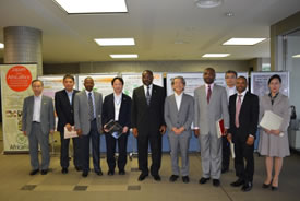 Ago大使(左より5番目)と岩永理事長(同6番目)を中心とした、ご訪問者とJIRCAS幹部職員の集合写真