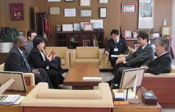 JIRCAS岩永理事長(右手前)と懇談するSanginga所長(左手前)