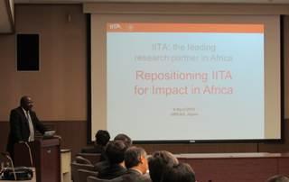 JIRCAS国際会議室で講演をするSanginga所長
