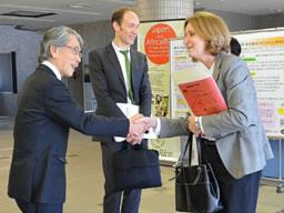 ご訪問いただいたことに感謝の握手(理事長:左、Ruth Kahanoff大使:右)