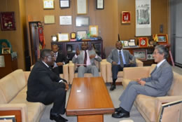 岩永理事長(右)と懇談するAgbo大使 (左)