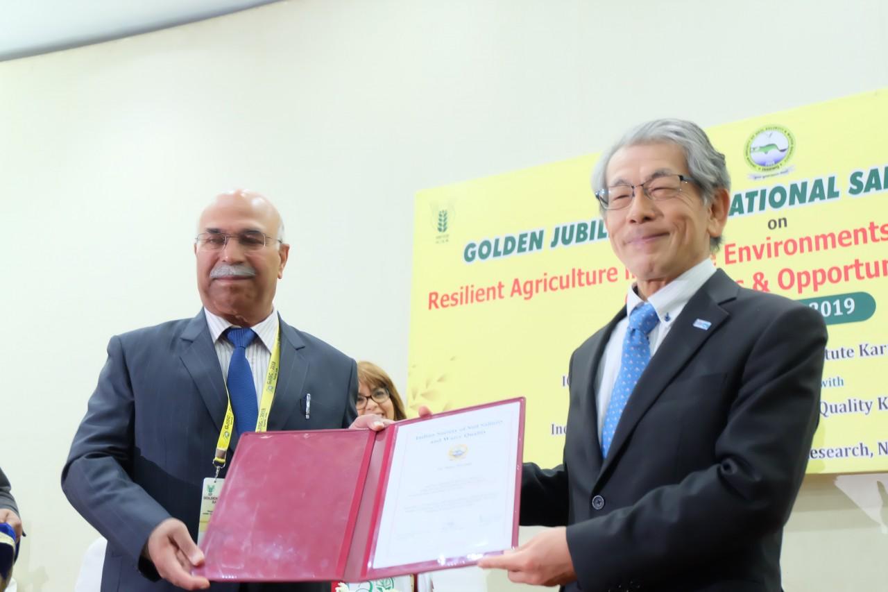 CSSRIのP.C. Sharma所長よりIndian Society of Soil Salinity & Water Qualityの名誉会員賞を授与される岩永理事長