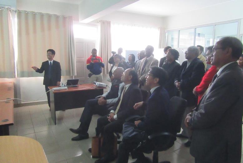 写真3.参加者にラボの紹介プレゼンを行う辻本研究代表