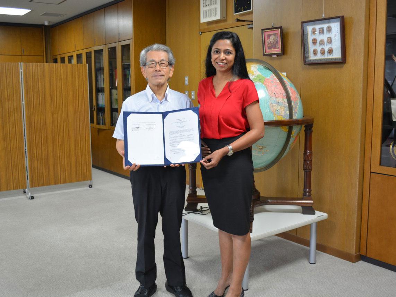 署名されたMOUを披露するJIRCAS岩永勝理事長とテキサスA&M大学Nithya Rajan准教授