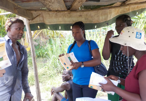 Government officers and farmers discuss the contents of the manual (Ashanti Region, Ghana)