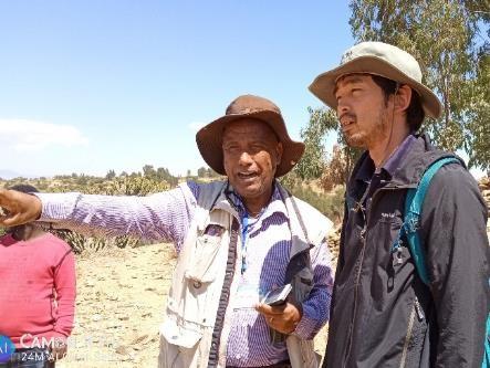 メケレ大学の土壌研究者と意見交換する西垣研究員