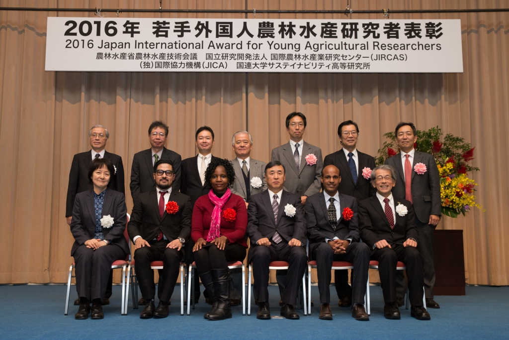 Group photo of 2016 Japan International Award for Young Agricultural Researchers