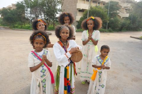 歌と踊りを披露するメケレの女性たち